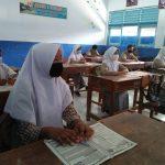 Siswa siswi salah satu sekolah di Kabupaten Pemalang tengah mengikuti uji coba pembelajaran tatap muka (Foto: Rizqon Arifiyandi/daulat.co)